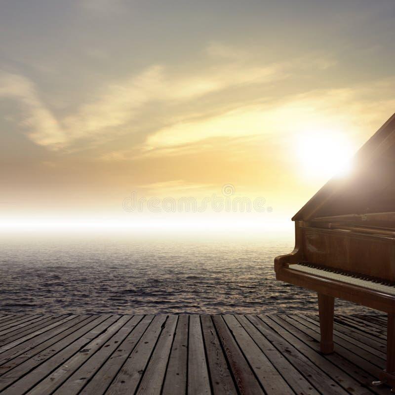 Piano fuera del tiro en el lado de mar imagen de archivo