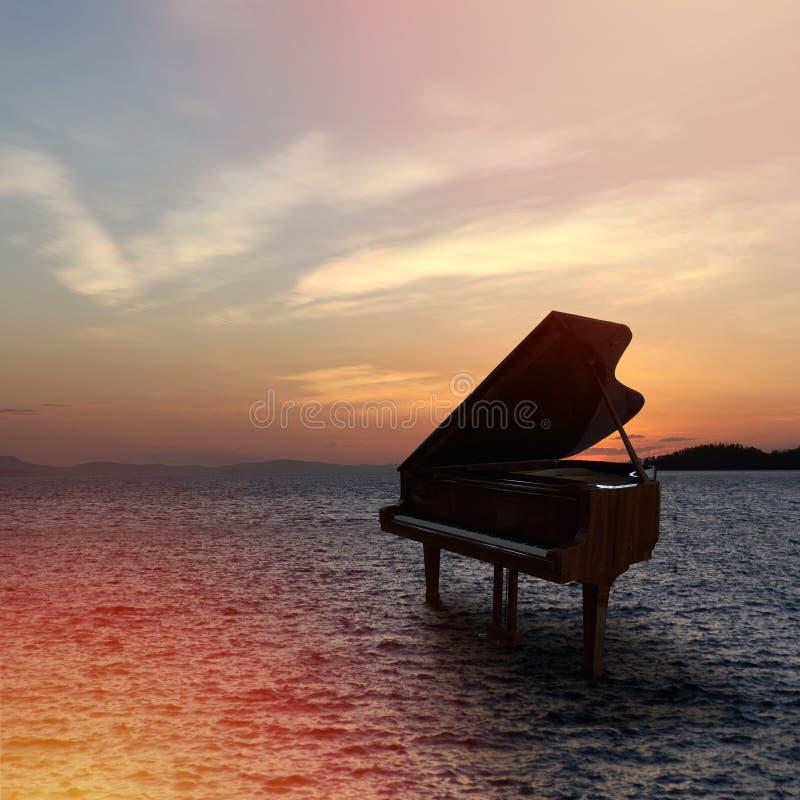 Piano fuera del tiro en la playa fotos de archivo libres de regalías