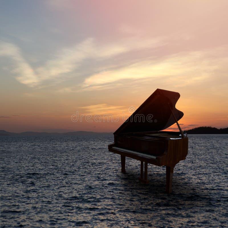 Piano fuera del tiro en la playa foto de archivo