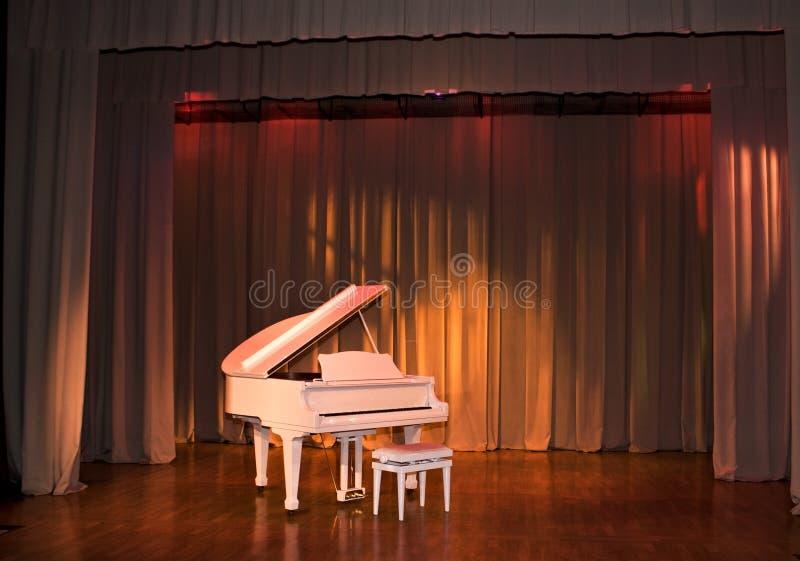 Piano grande branco imagem de stock