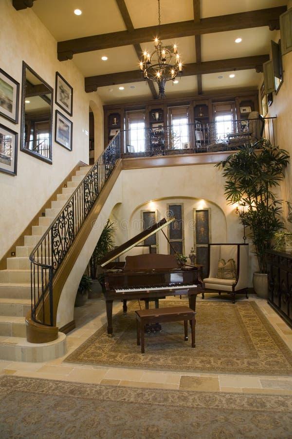 Piano grande e escadas. fotografia de stock royalty free