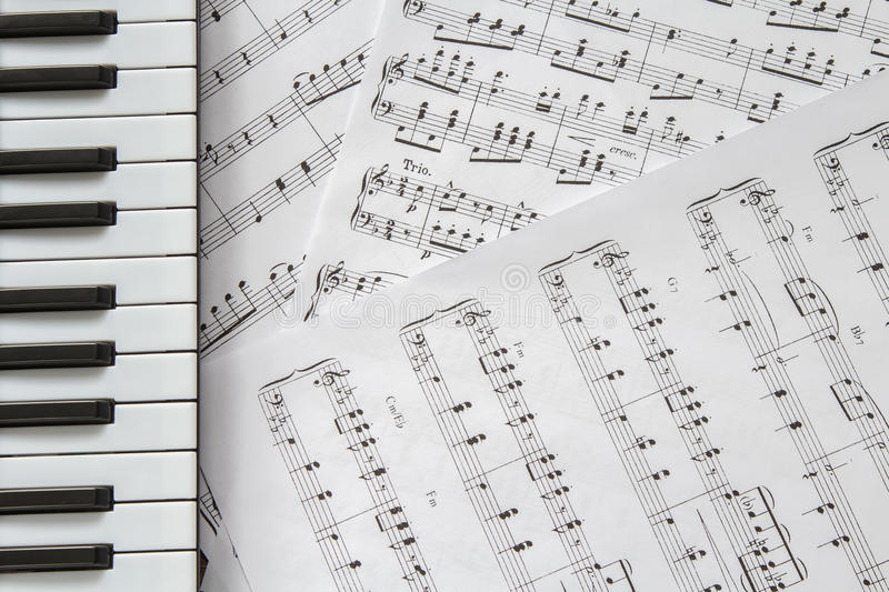 Piano keyboard on music-notes background royalty free stock images