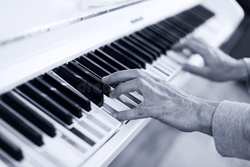 Piano met multy colouresleutels Sluit omhoog royalty-vrije stock foto
