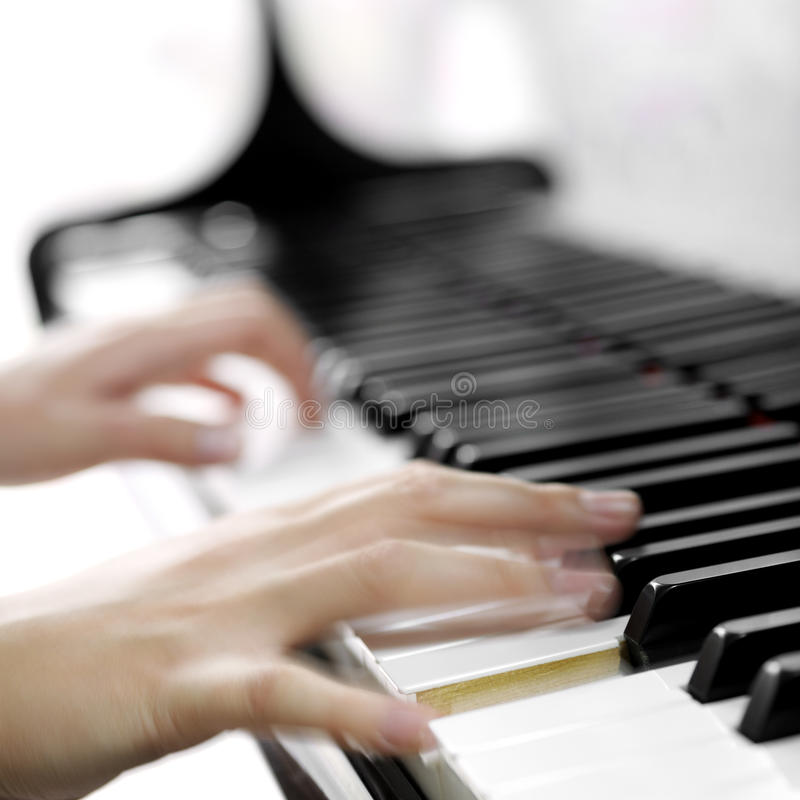 Piano met spelershanden stock foto's