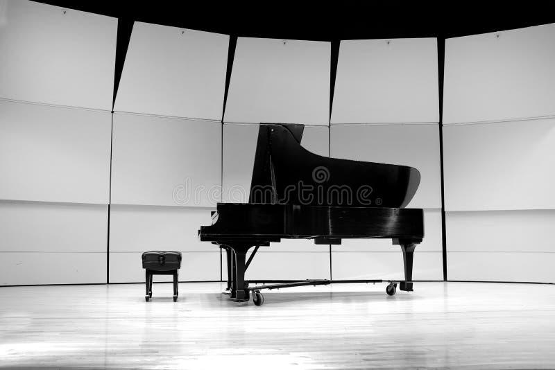 Piano preto e branco na fase do concerto para o desempenho fotos de stock royalty free