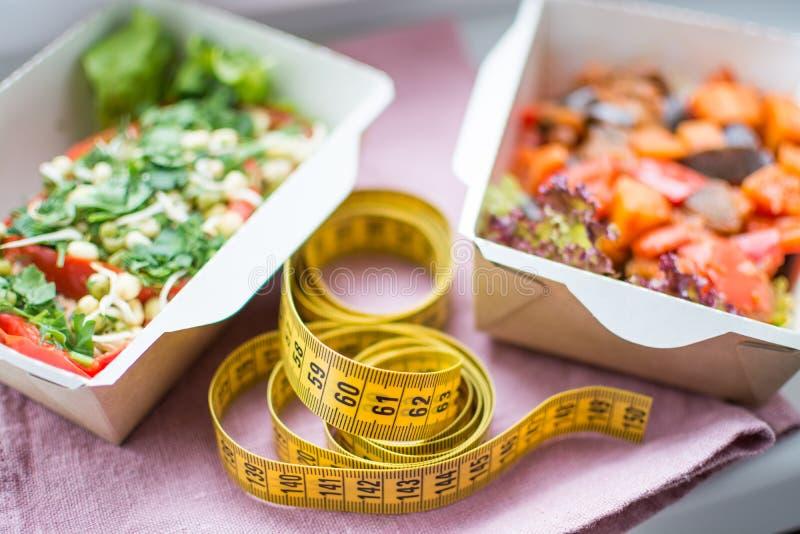 Piano sano di nutrizione Consegna quotidiana fresca dei pasti Alimento del ristorante per uno, verdura, carne e frutta in scatole fotografia stock