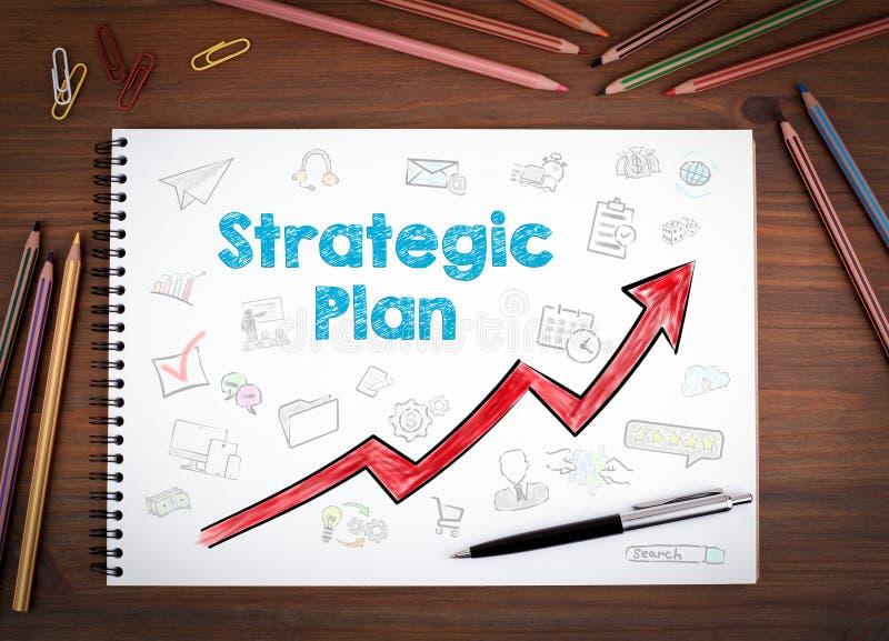 Piano strategico Taccuini, penna e matite colorate su una tavola di legno fotografia stock