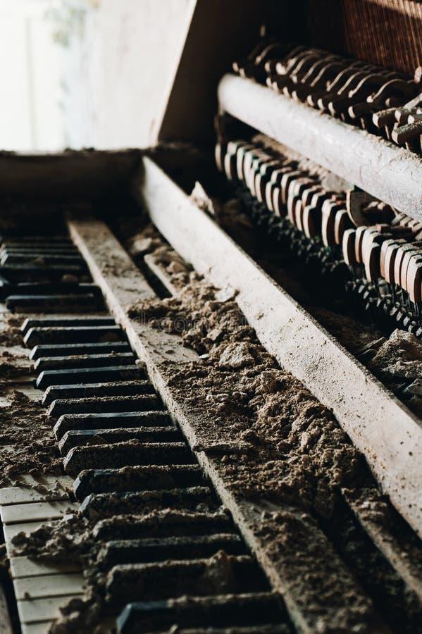 Piano sujo - abandonou o alojamento maçônico - Cleveland, Ohio fotos de stock royalty free