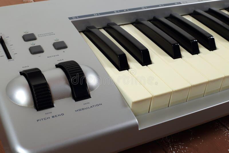 Piano 61 van MIDI van het Sloseupfragment zeer belangrijk toetsenbord op een houten achtergrond royalty-vrije stock foto's