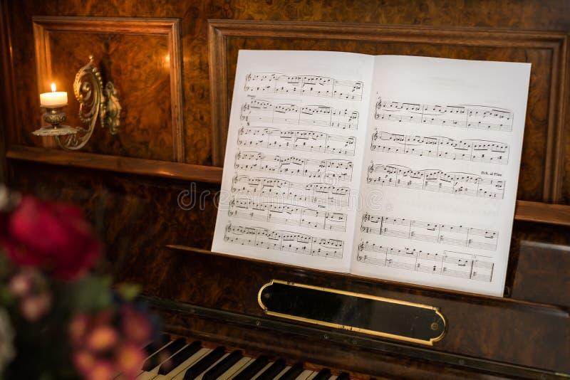 Piano velho com notas imagem de stock