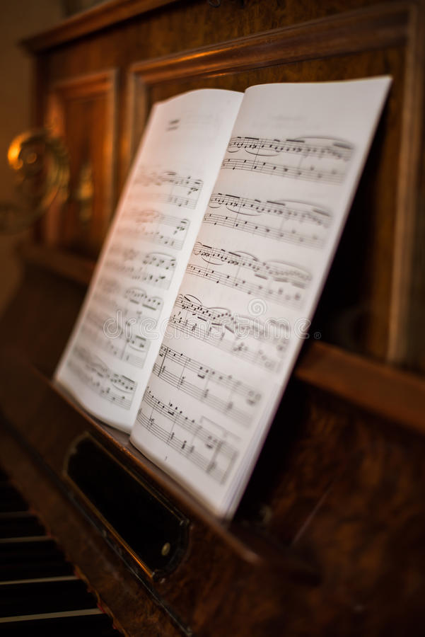 Piano velho com notas imagens de stock
