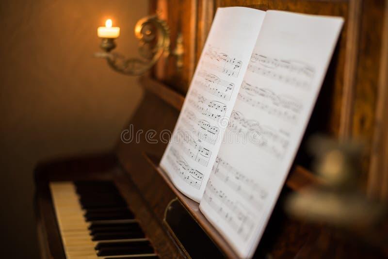 Piano velho com notas foto de stock royalty free