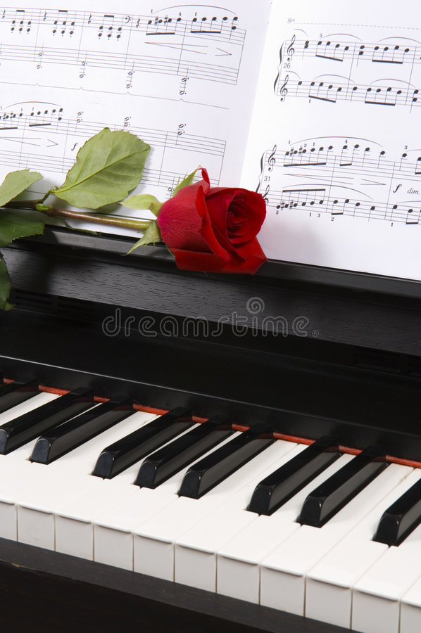 Free Piano With Sheet Music And A Rose Royalty Free Stock Images - 1170749