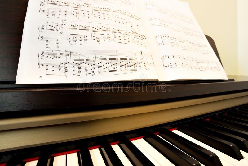 Piano y papel de música imagenes de archivo