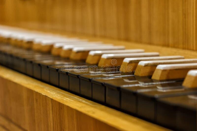 Pianoclose-up, muzikaal instrument leer om het instrument thuis te spelen witte grote piano Het witte ivoor en de zwarte sleutels stock foto's