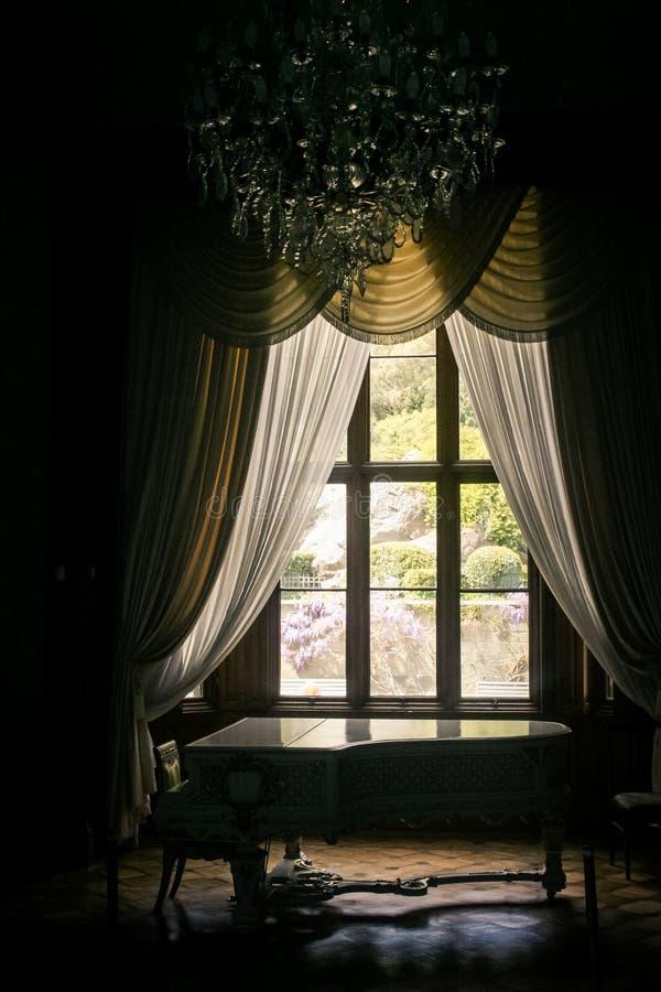 Pianoforte a coda interno del palazzo della Crimea Vorontsov vicino alla finestra immagine stock libera da diritti