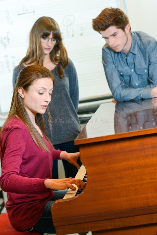 Pianolessen op muziekschool royalty-vrije stock afbeelding