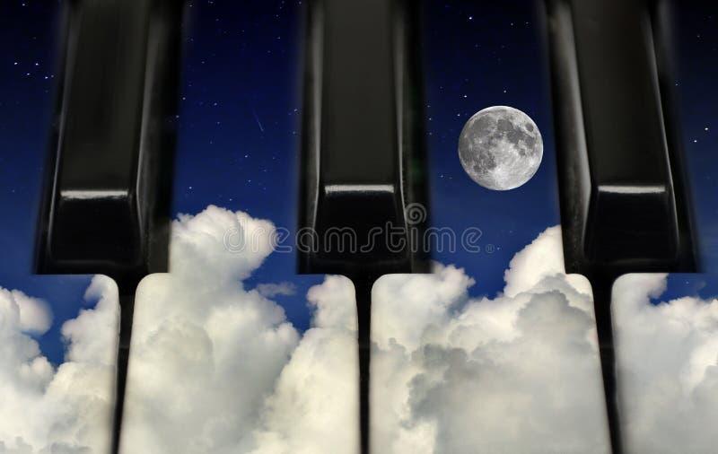 Pianosleutels en nachthemel stock afbeeldingen