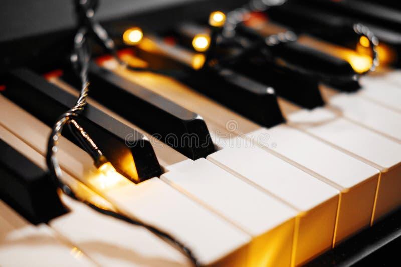 Pianosleutels met de Kerstmislichten stock foto's