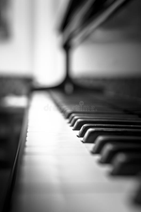 Pianosleutels met ondiepe DOF stock foto's