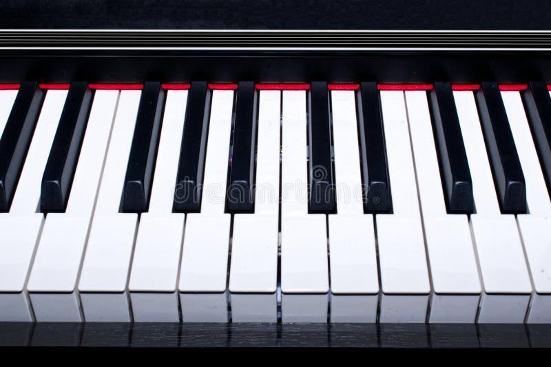 Pianosleutels van zwarte piano stock afbeeldingen