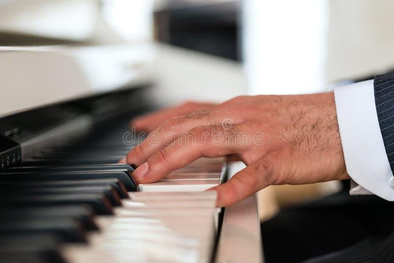 Pianospelare i en fin restaurang royaltyfri bild