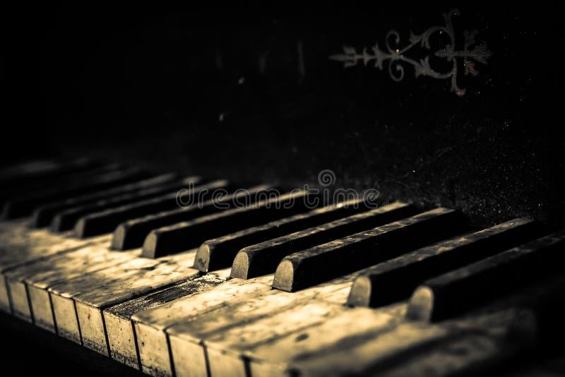 Pianot knäppas tätt upp arkivbilder