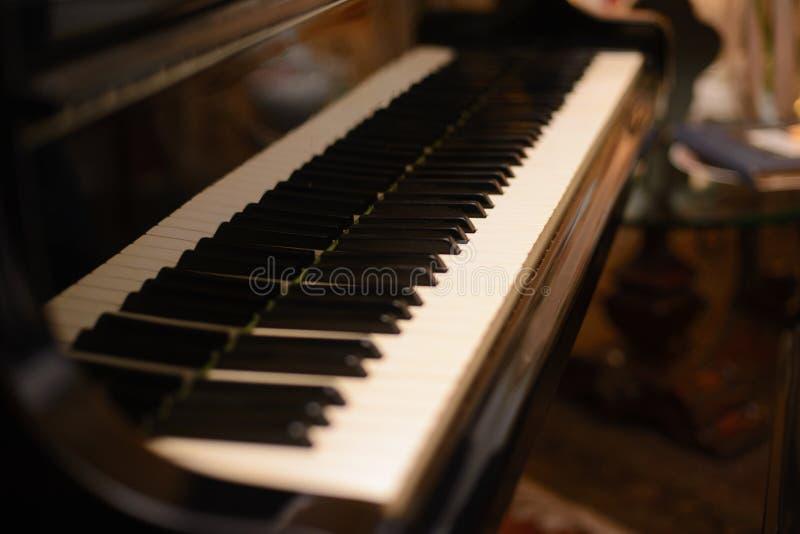 Pianotangentbord med grunt djup av fältfokusen arkivfoton