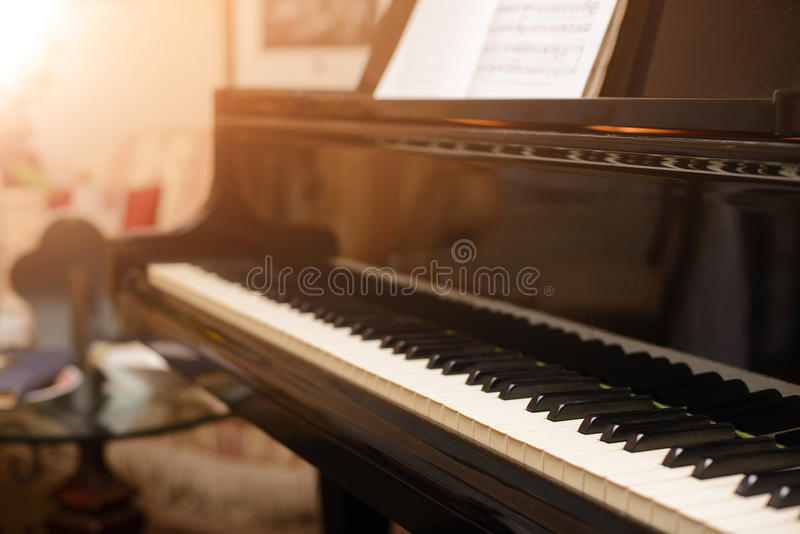 Pianotangentbord med grunt djup av fältfokusen arkivfoto
