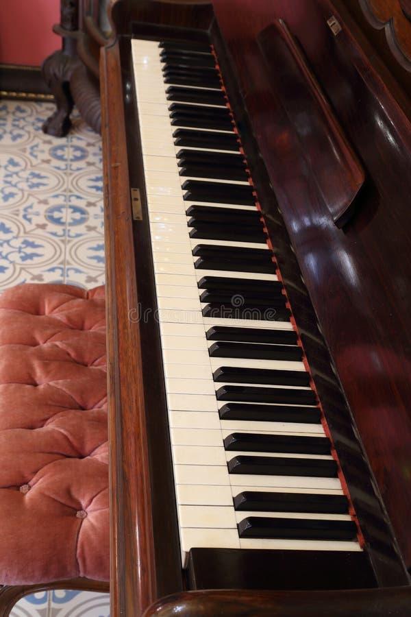 Pianotangenter och wood korn arkivbilder