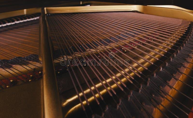Pianotrådar arkivfoto