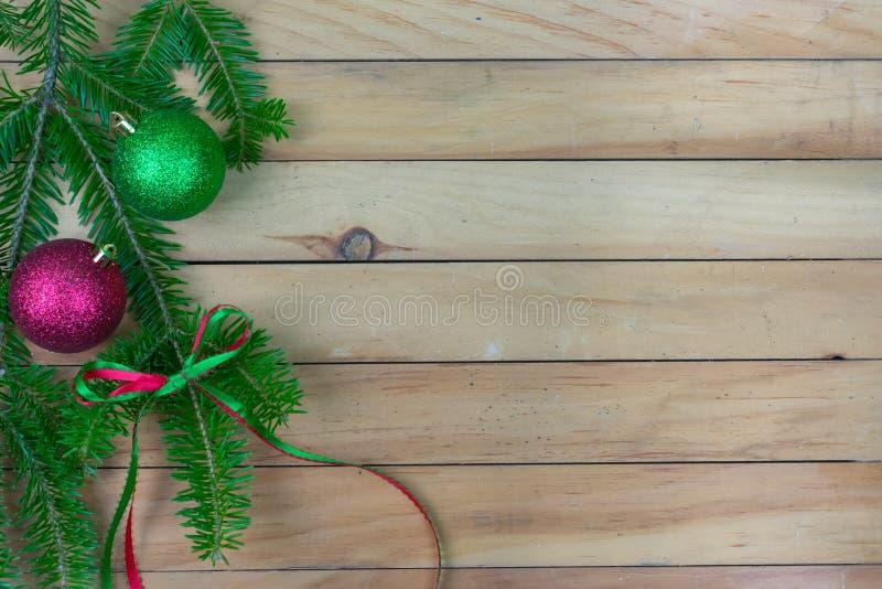 Pianta con gli ornamenti verdi e rossi e un arco del nastro lungo lef immagine stock libera da diritti