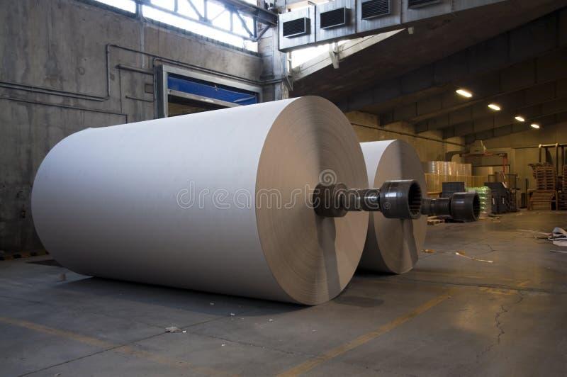 Pianta del laminatoio della pasta-carta e della carta - Rolls di cartone immagine stock