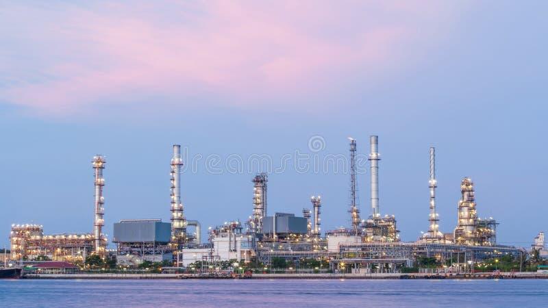 Pianta della raffineria di petrolio di industria di petrochimica nel tempo crepuscolare, immagine stock libera da diritti