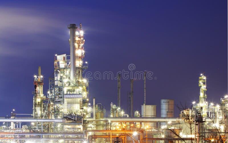 Pianta di industria della raffineria di petrolio lungo la mattina crepuscolare immagine stock libera da diritti