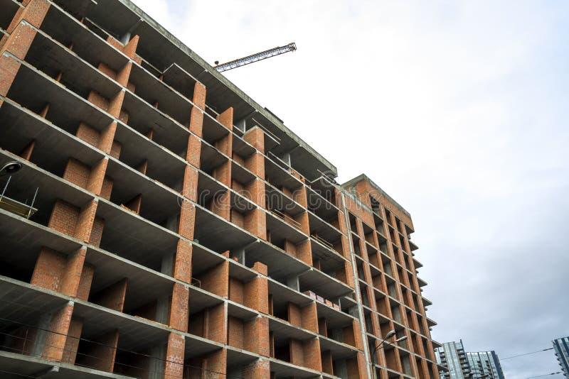 Pianta di nuova costruzione di casa residenziale moderna in costruzione Concetto di sviluppo immobiliare Multi casa di storia da immagine stock
