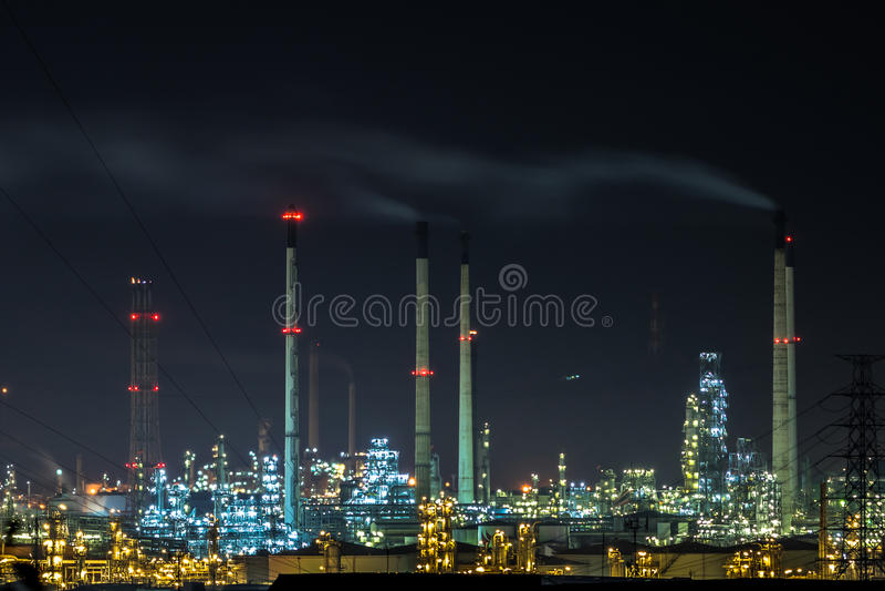 Pianta di raffineria del gas e del petrolio a penombra fotografia stock