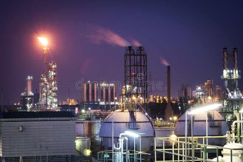 Pianta di raffineria del gas e del petrolio o industria petrochimica nel tempo crepuscolare fotografia stock libera da diritti