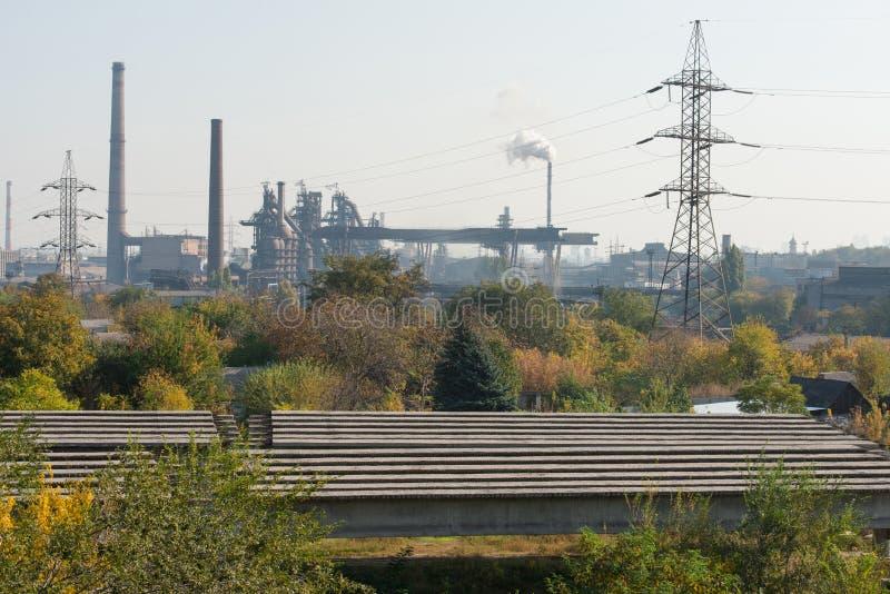 Pianta metallurgica Altoforno fabbrica da lontano fotografia stock