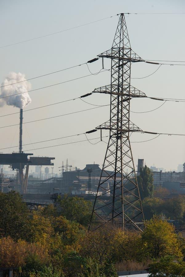 Pianta metallurgica Altoforno fabbrica da lontano immagine stock