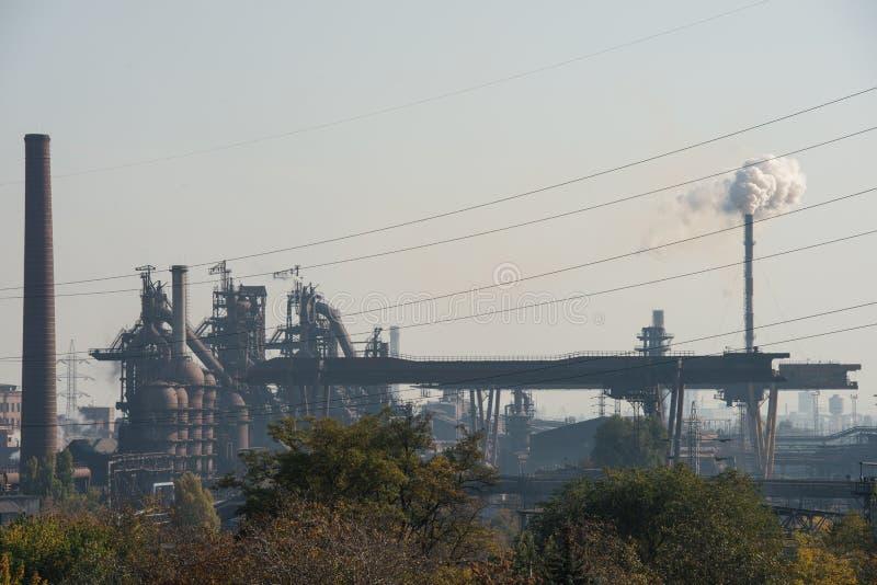 Pianta metallurgica Altoforno fabbrica da lontano immagini stock libere da diritti