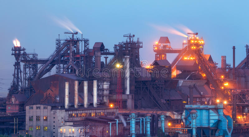 Pianta metallurgica con fumo bianco alla notte Fabbrica d'acciaio con i fumaioli acciaieria, impianti del ferro Industria pesante fotografia stock libera da diritti
