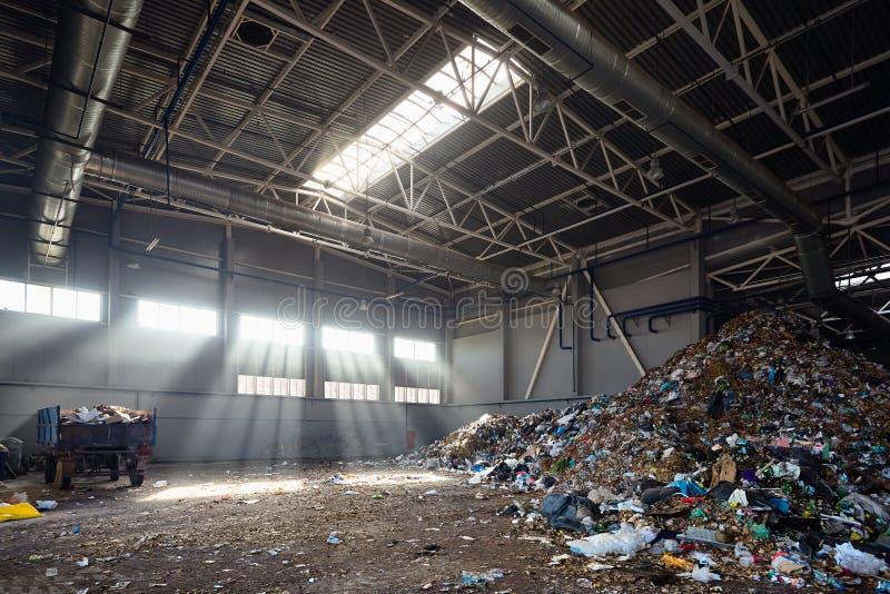 Pianta moderna per l'elaborazione e la separazione dei rifiuti urbani municipali fotografia stock libera da diritti