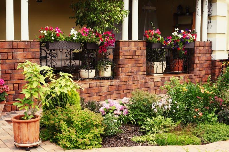 Piante da vaso sul portico sciccoso della casa del palazzo for Design del portico di casa