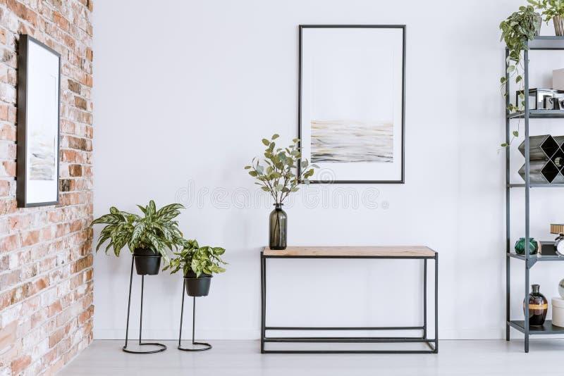 Piante e tavola domestiche immagine stock