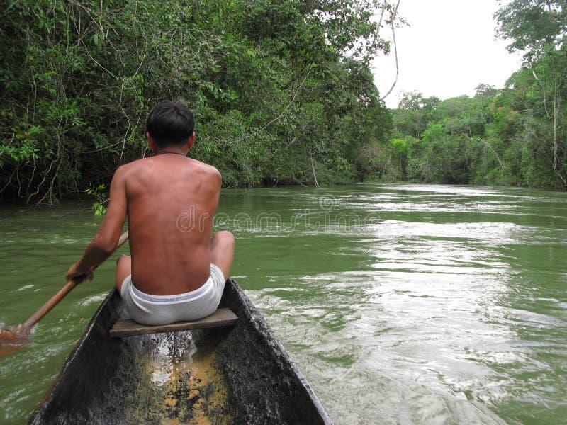 Piaroa indigeno in barca indigena, stato Venezuela dell'Amazonas del fiume di Cataniapo fotografia stock libera da diritti