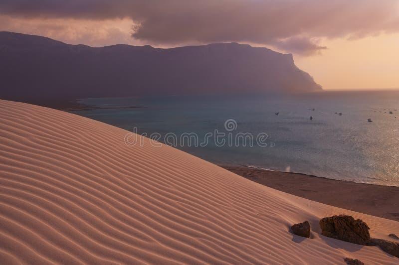 Piasek diuny i morze przy zmierzchem zdjęcia royalty free