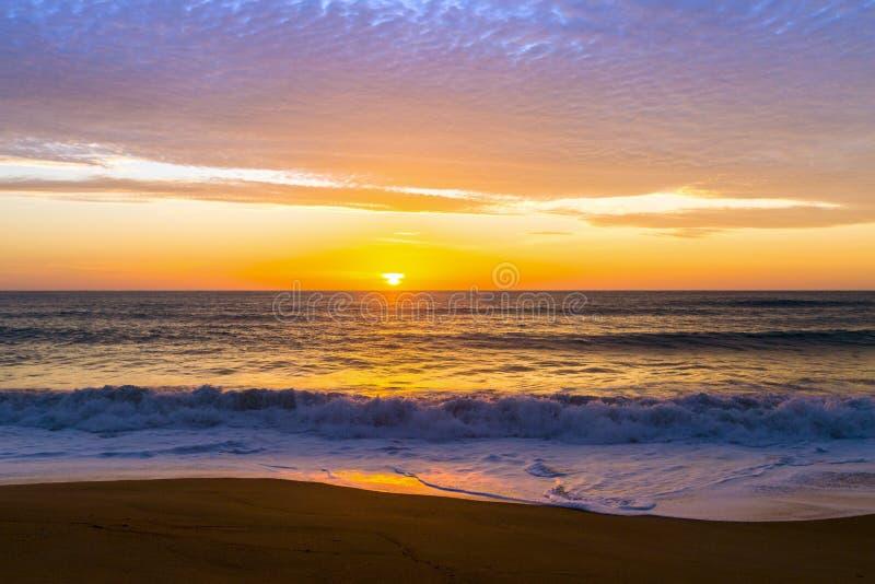 Piasek diuny przeciw zmierzchowi zaświecają na plaży fotografia stock