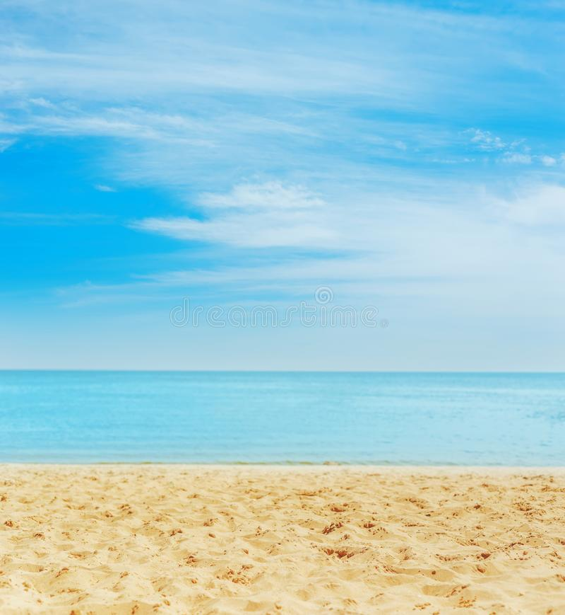Piasek na plaży morze na horyzoncie i niebieskim niebie z chmurami obraz royalty free