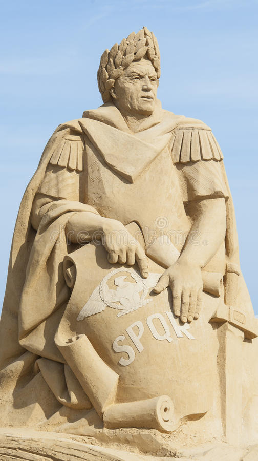 Piasek rzeźba Julius Caesar przeciw niebieskiemu niebu fotografia stock